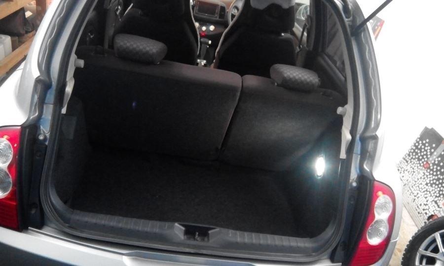 Подсветка багажника при свете дня.