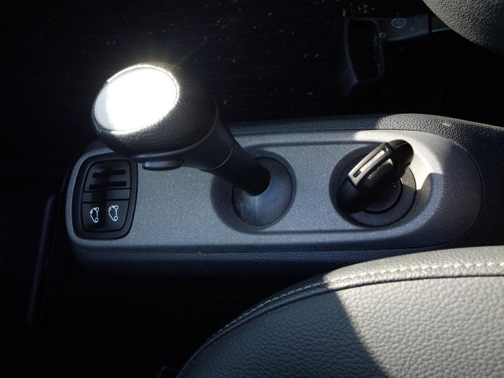 Кнопка складывания крыши, рычаг, и... Ключ зажигания. Рычаг с приятным тугим ходом, а не болтается как сопля (в Civic\\\