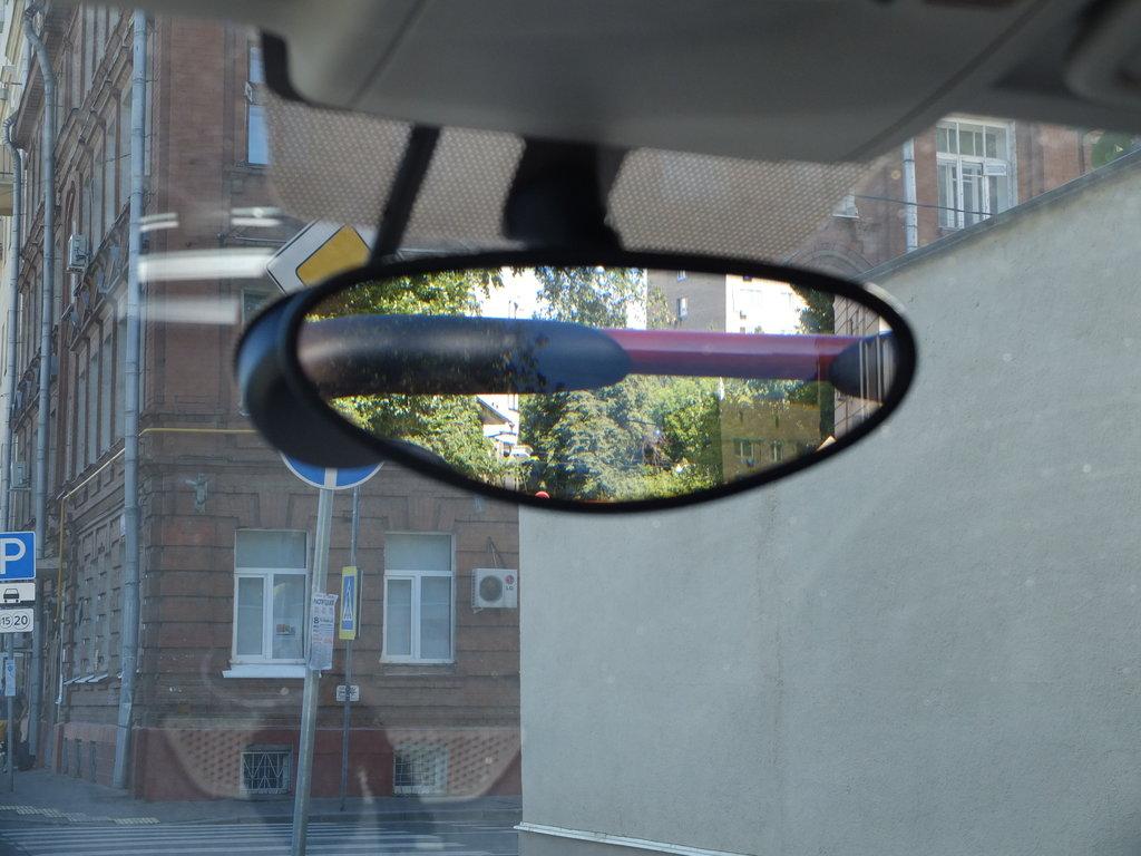 Кто придумал сделать зеркало таким – тот негодяй :)
