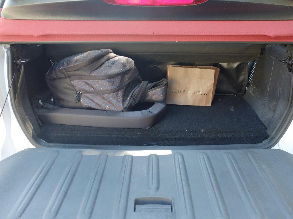 """Вот и весь багажник. Входит девочковый рюкзак и пакетик из ближайшего ларька \""""все от луи виттона\"""". Горнолыжку тут не перевезешь... А внутри этой полочки как раз хранятся перекладины, которые нужно снимать с крыши вручную."""