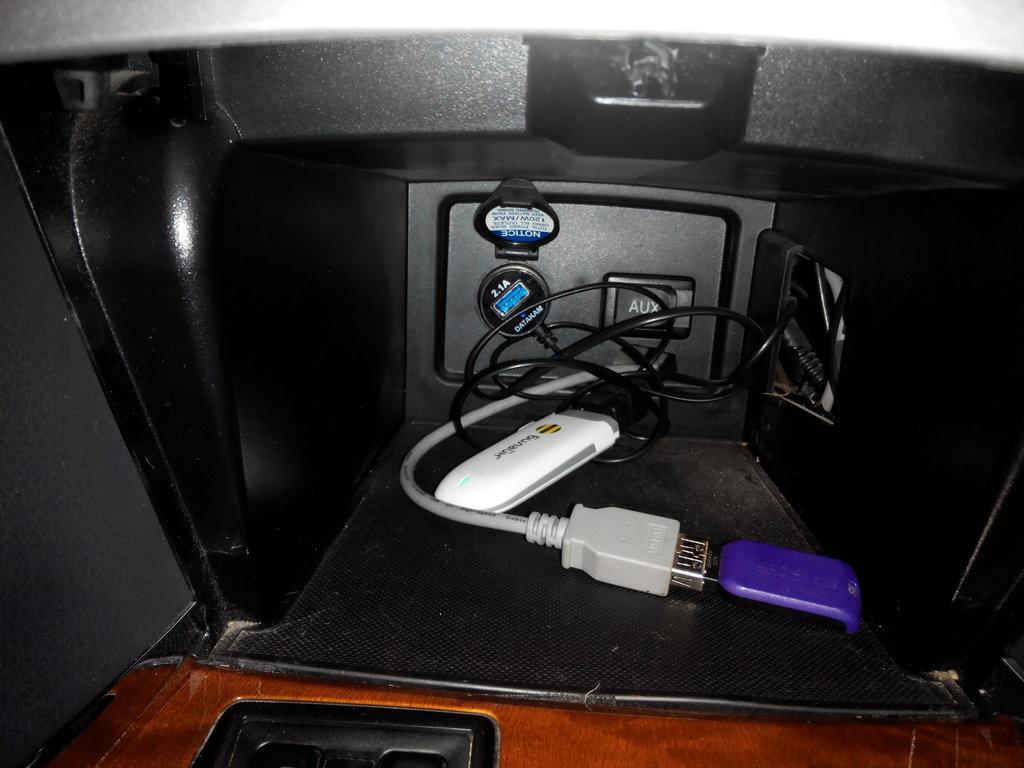 Вывод флешки и USB модема и подключение видеорегистратора, все спрятано ничего не видно.