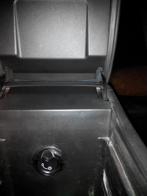 Еще одна доработка, в отзыве про нее. Это клапан врезан в бардачок подлокотника, через него может идти как холодный так и теплый воздух.Скажу, что это реально нужная вещь, кинул в бардачок водичку и она всегда прохладная. Кому интересно номерок  1J0 816 355.