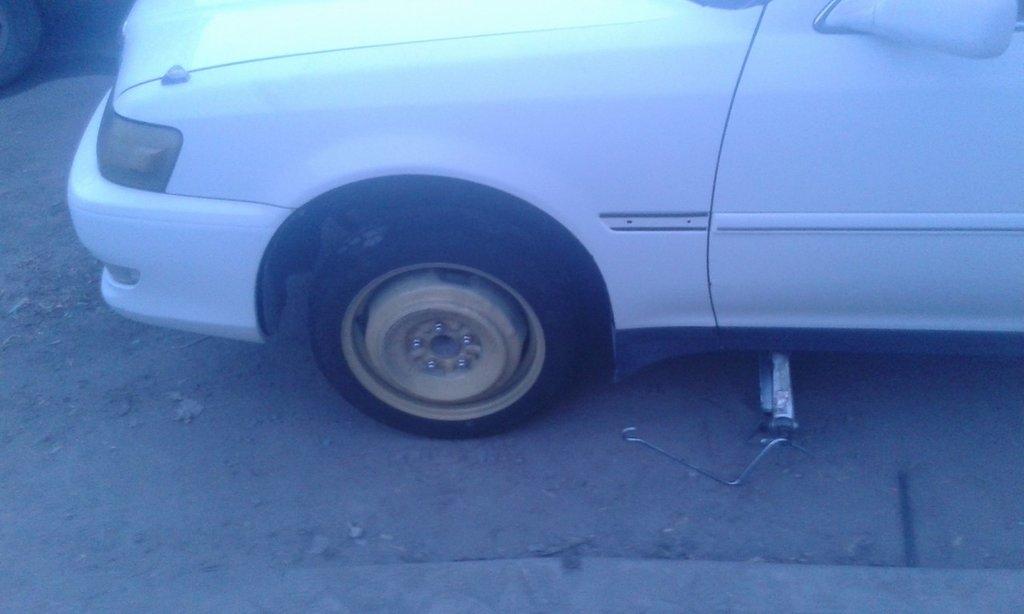 гвоздем пробил колесо, осколок гвоздя отлетел и пробил пыльник наконечника.