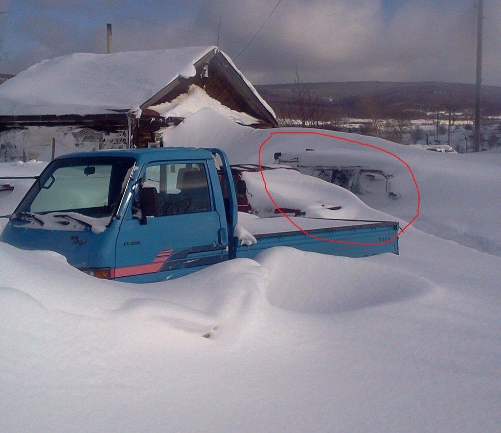Вот сколько снега выпадает у нас за сутки!  Два дня назад все три машины еще ездили!