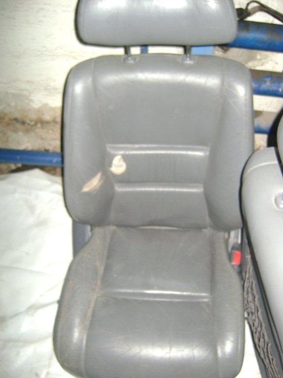 Плохо видно. Белые пятна на сидении это выход дроби. Выстрел с заднего сидения.