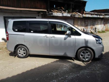 Toyota Noah 2012 - отзыв владельца