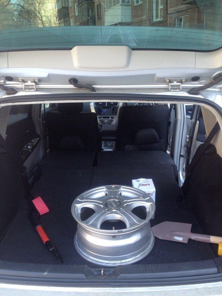 Как видно, диск поместился бы и в сложенный багажник, а с резиной два колеса входят стоя.