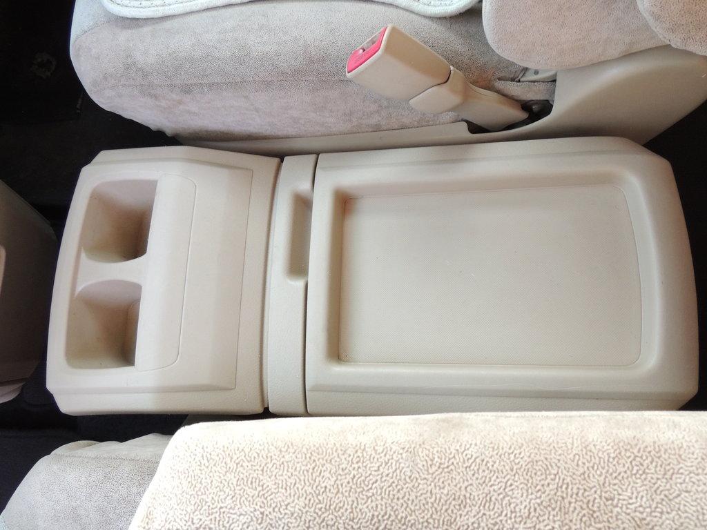 между двух передних сидений.