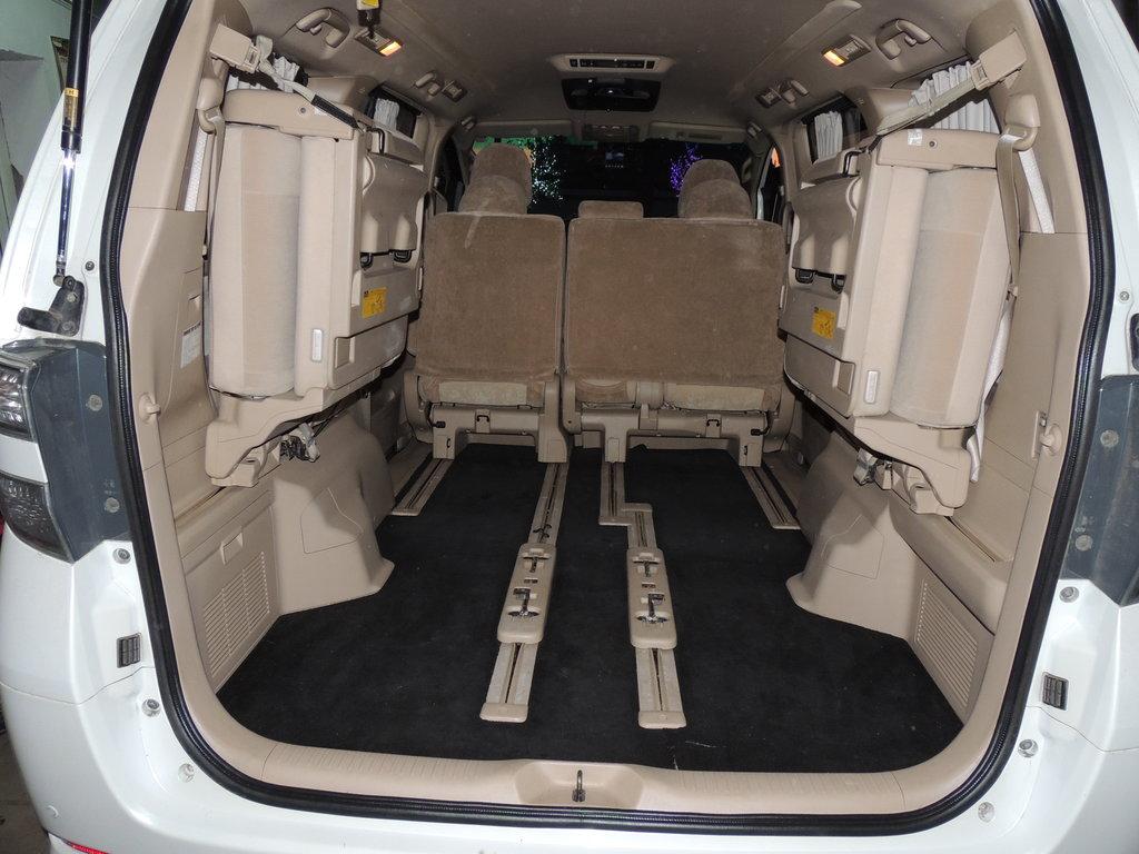 Средний ряд сидения полностью сдвинут  вперед- вплотную к передним