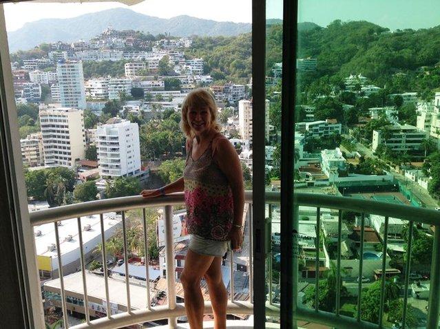 Девушка пописала под балконом