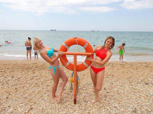 Видео онлайн девушка на пляже в одном полотенце