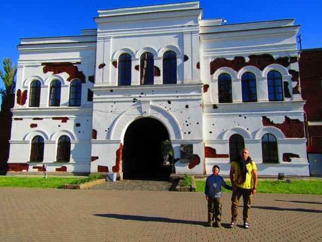 Мемориальный комплекс с арками и колонной Варшавская Эконом памятник с резным крестиком в углу Новопавловск