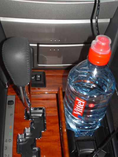 Огромного размера подстаканник около рычага АКПП, туда помещается литровая бутылка :) удобно!!!