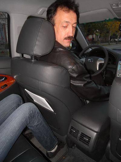 Сергей Светлов (рост 194 см) устраивается на водительском месте. Для пассажира на заднем сидении еще остается жизненное пространство.