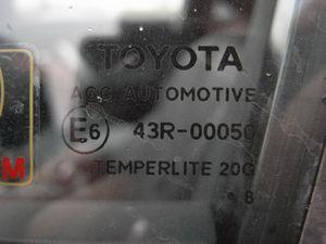 На российской немного иначе, надпись черная, и грязь более равномерно покрывает стекло.