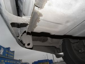На машине японской сборки есть две буксировочные проушины, которых нет на российской.
