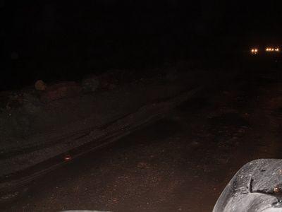 Приятный участок дороги в районе Канска, глиняный вал разделяет полосы «хайвэя». Грязное пятно в правом углу — это капот нашего Бегемотика.