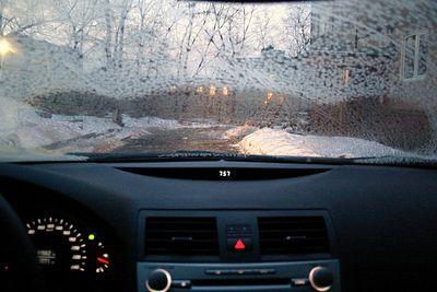 Наледь на лобовом стекле — частое дело зимой. Если времени нет, то с ней проще всего справится с помощью бокса от магнитофонной кассеты: компактный удобный прямоугольный пластик быстро счистит все ледышки. Если время терпит, то разморозить стекло поможет обогрев. Ровно за 8 минут после запуска на холодную, при температуре -10 за бортом печка Toyota Camry разморозит стекло, оставшиеся частички льда легко сметут дворники.