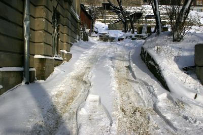 Зимой передний привод дает о себе знать не с лучшей стороны. В крутую горку Toyota Camry без хорошего разбега заехать не может: ни передом, ни задом. Колеса шлифуют снег до состояния льда, приходится с позором откатиться и искать парковки на ровном месте.