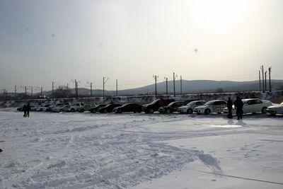 Участники ралли выстроились на парковке около берега. До начала заездов осталось около получаса.