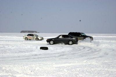 Toyota Carina не удержалась в повороте.