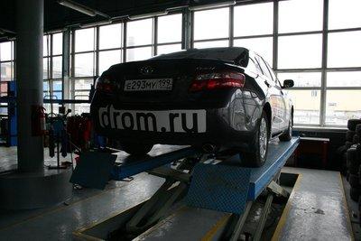 Машину поднимают для осмотра и диагностики ходовой части