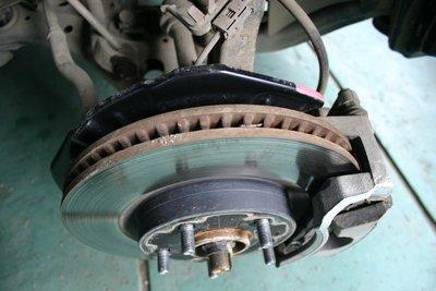 Состояние тормозных дисков и колодок опасения не вызывает