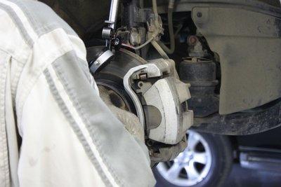 Проверка биения тормозных дисков