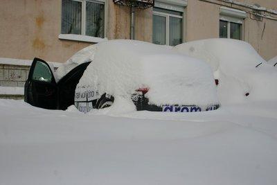 Toyota Camry, засыпанная снегом