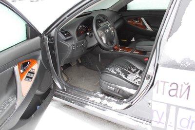 После открывания двери водителя снега в салон попало немного. Но попало.
