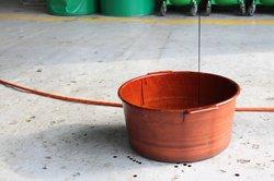 Сливаем моторное масло