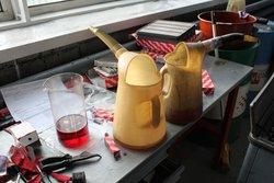 В данных сосудах новые технические жидкости. Слева направо: DEXRON-3 для ГУР, моторное масло Castrol, охлаждающая жидкость LONG LIFE