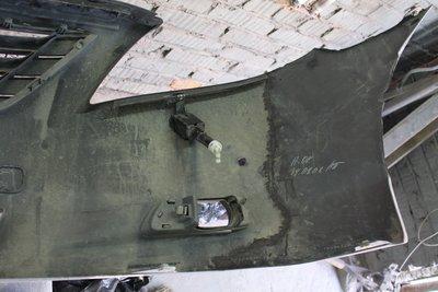 30 марта, бампер склеен. Вид на внутреннюю сторону. Надпись сделана еще на заводе. Справа можно заметить отломанную кромку, которая также будет восстановлена.