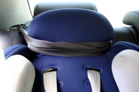Подголовник кресла прикрутил ремнем к подголовнику заднего сиденья