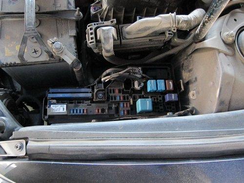 Для измерения компрессии сперва нужно вынуть предохранитель топливного насоса, чтобы во вреся измерения бензин не поступал в цилиндры и не портил собой картину