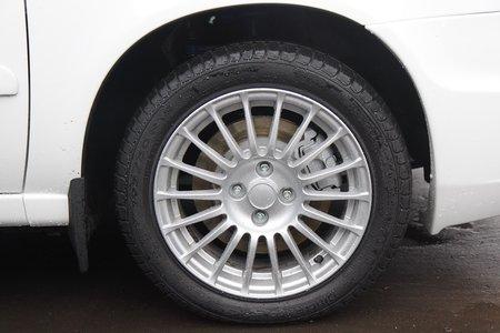 Задние дисковые тормоза, литье на 15, резина Pirelli — это стандартная комплектация