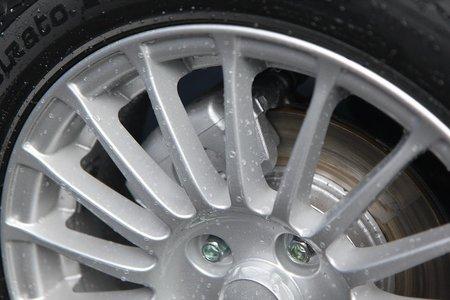 Передние суппорта и тормозные диски. Пробег машины — 20 км.