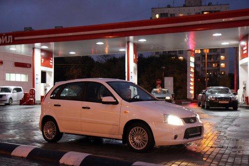 Калина на своей первой заправке. Заливать надо 95-й бензин, залили полный бак — получилось 47.3 литра на 1200 рублей