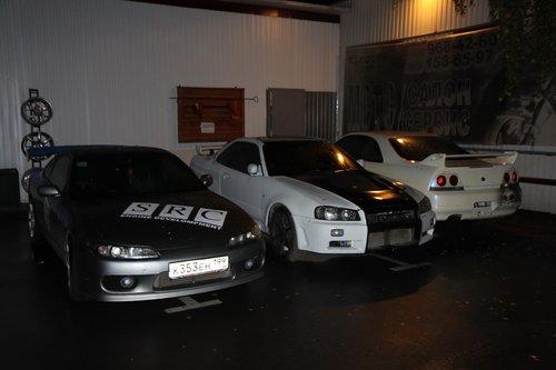 Подгон поклонникам «япов»: вот такие аппараты (и еще куча, включая кабриолет 350Z и мотоцикл Hayabusa) стояли около мастерской, куда мы подрулили обклеиваться на своей «гонке»