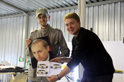 Это у Ильи (справа) в гараже оказался откуда-то портрет Путина