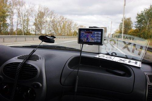 У нас есть антирадар и навигатор — незаменимые вещи в такой дальней дороге