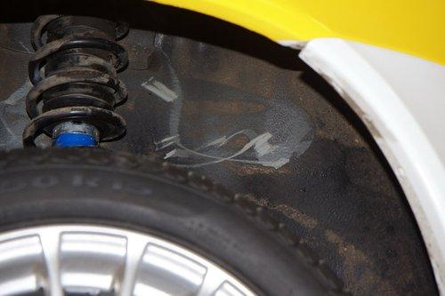 На колесных арках нашей Калины местами стерта мастика, защищающая кузов от коррозии. Даже на трубе бензобака ее частично нет. В сервисе удрученно качали головой, но восстановить не предложили