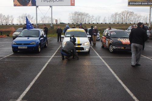 Посмотреть на гонки приехали многие, в том числе и несколько съемочных бригад
