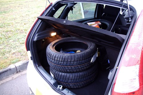 Разместить 4 шины в багажнике с ходу не получилось, поэтому откинули половину заднего сидения. Попозже покажем, что способен вместить багажный отсек