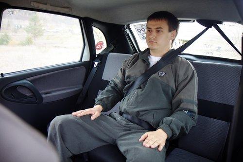 Артем играет роль третьего пассажира на заднем диване, пристегнутого ремнем безопасности