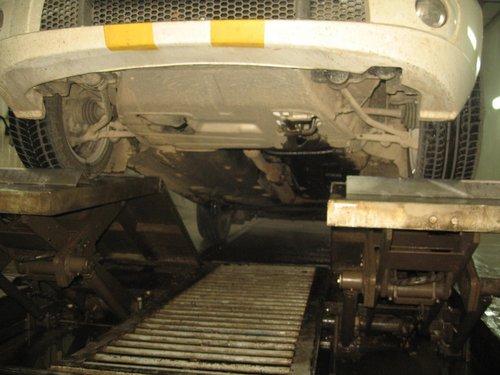 Фото днища автомобиля с мойки в официальном сервисе в Иркутске. Во время съемки из-за плохой освещенности и