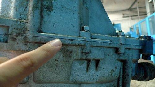 Палец указывает на то место, откуда течь