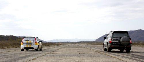 Лада Калина против Toyota Land Cruiser. Фотограф Елена Казаченко
