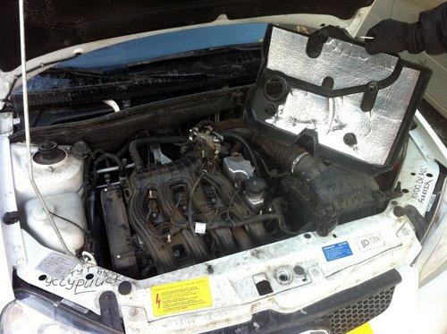 Сняли крышку мотора с Lada Kalina