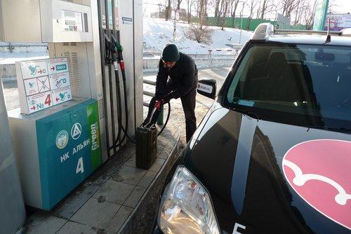 Заливаем бензин в канистру